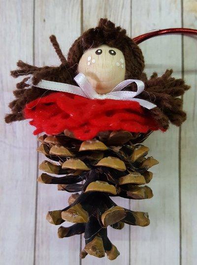Bambolina natalizia con pigna