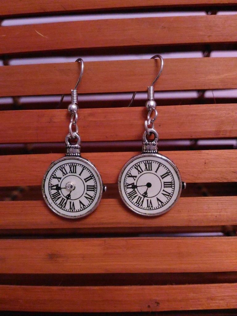Orecchini in metallo pendenti con orologi
