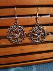 Orecchini pendenti in metallo.