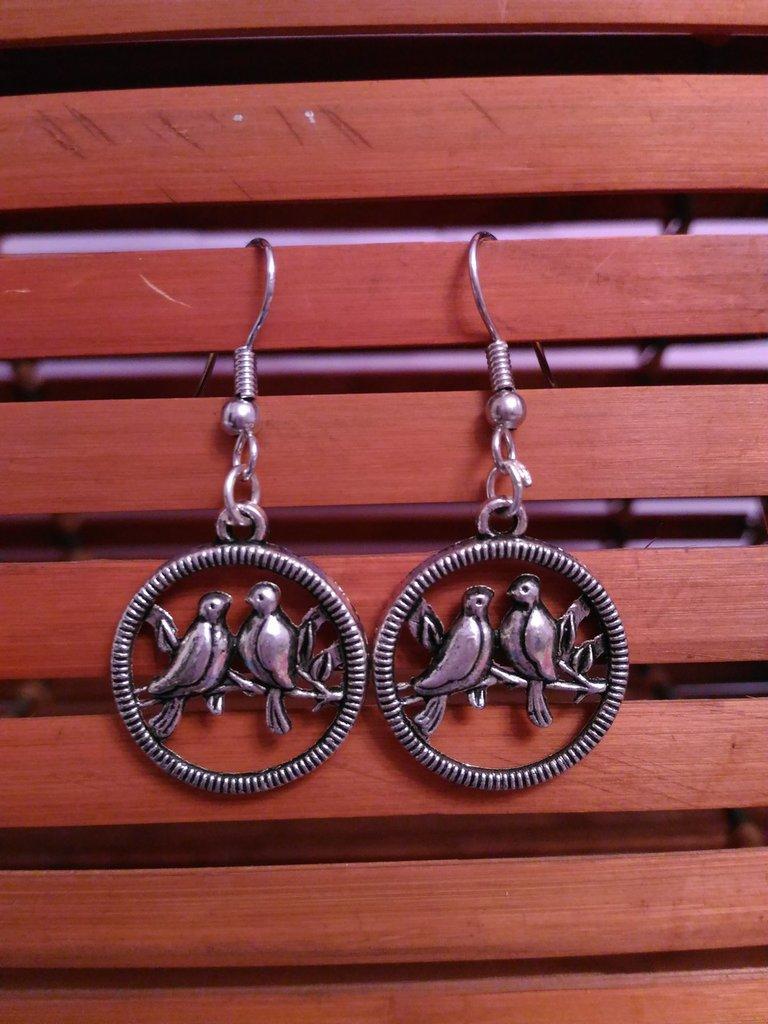 Orecchini cerchio pendenti in metallo con uccellini su ramo
