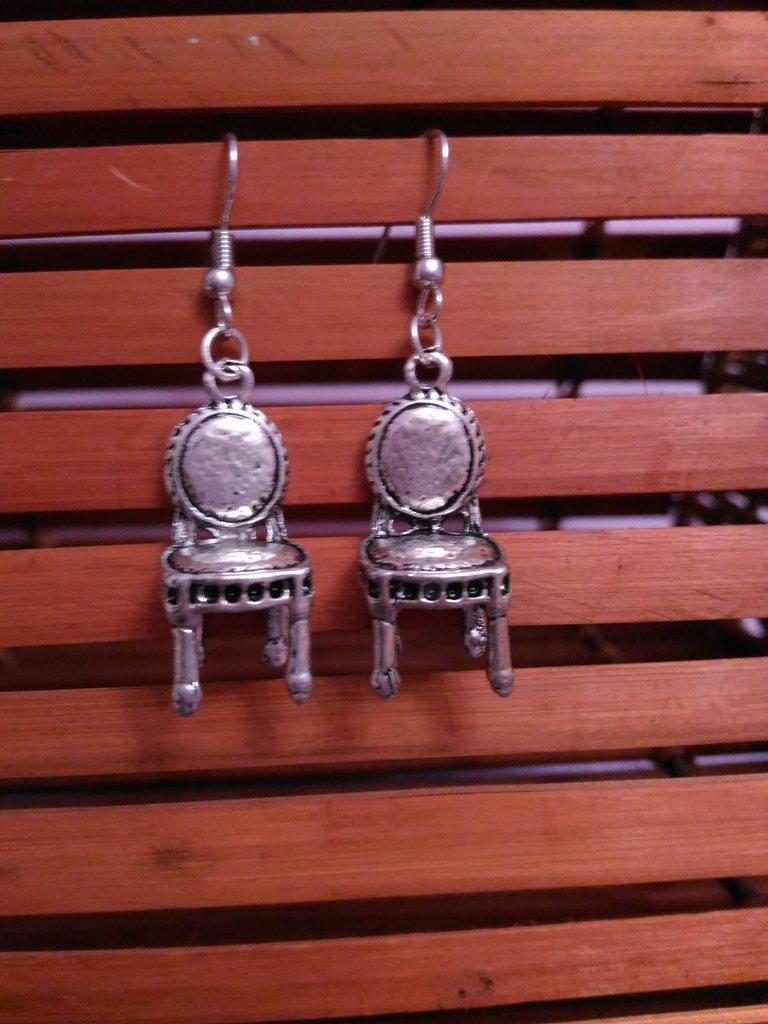 Orecchini pendenti con ciondoli miniatura sedie