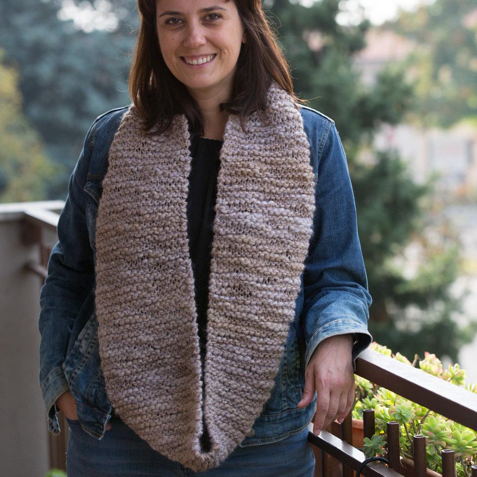 Sciarpa circolare infinity lana color nocciola ai ferri
