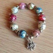 Braccialetto elastico con perle metallizzate colorate fatto a mano