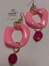 Orecchini con maglia rosa in resina e pallina pendente in agata fucsia scuro