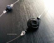 Girocollo/Collana con bottoni d'epoca di vetro effetto raso ,a forma di fiore,di colore nero,con perline di vetro su cavetto di acciaio