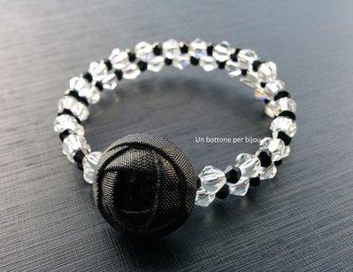 Bracciale con bottone di vetro,d'epoca ,effetto raso,di colore nero,con perline di vetro e cristalli su filo armonico
