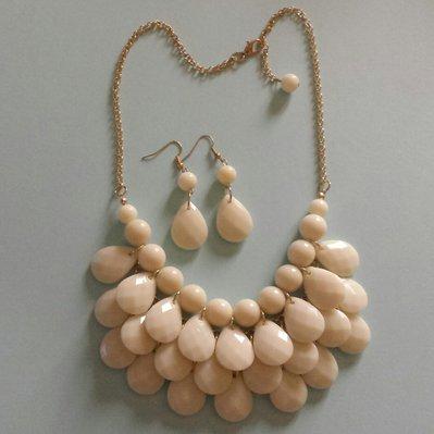 Collana con gocce bianco panna e orecchini pendenti