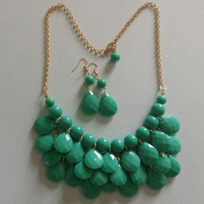 Collana gocce verde smeraldo con orecchini pendenti