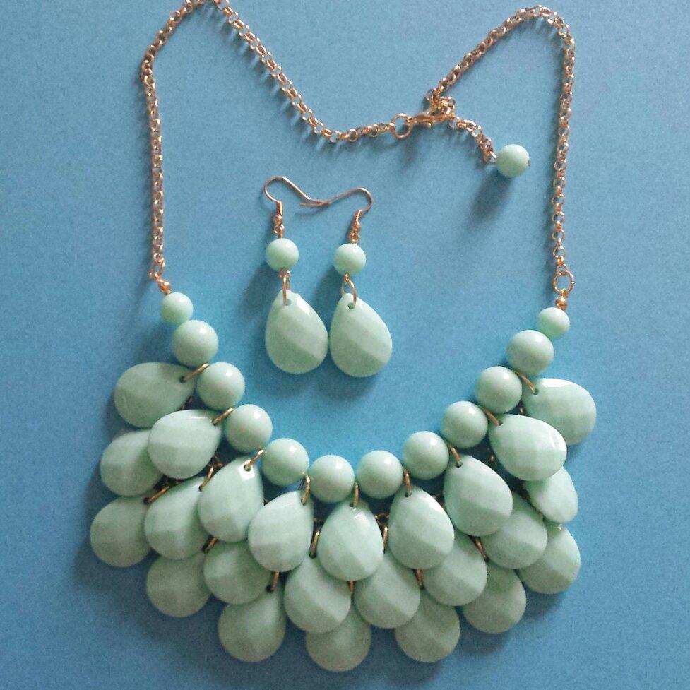Collana gocce verde acqua e orecchini pendenti abbinati
