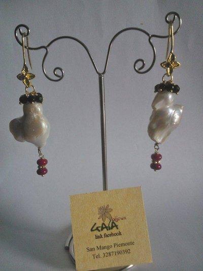 Orecchini con grappolino di onice, perla scaramazza e cipollette in corallo bambù