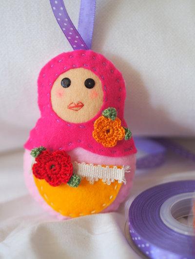 Matrioska.Bambolina in feltro,passamaneria e fiori all'uncinetto.Colore!Personalizzabile con bottoni,perle,pizzo,vari colori.Bomboniera,decorazione,regalo,segnaposto,charm per borsa