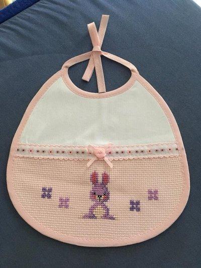 Bavaglino rosa con coniglietto viola