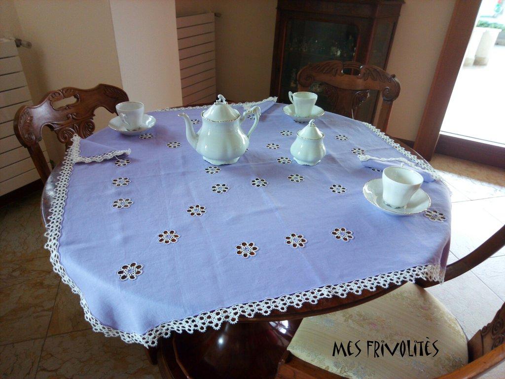 Tovaglia da tè con 6 tovaglioli in lino color lillà e pizzo chiacchierino bianco TTLB11C