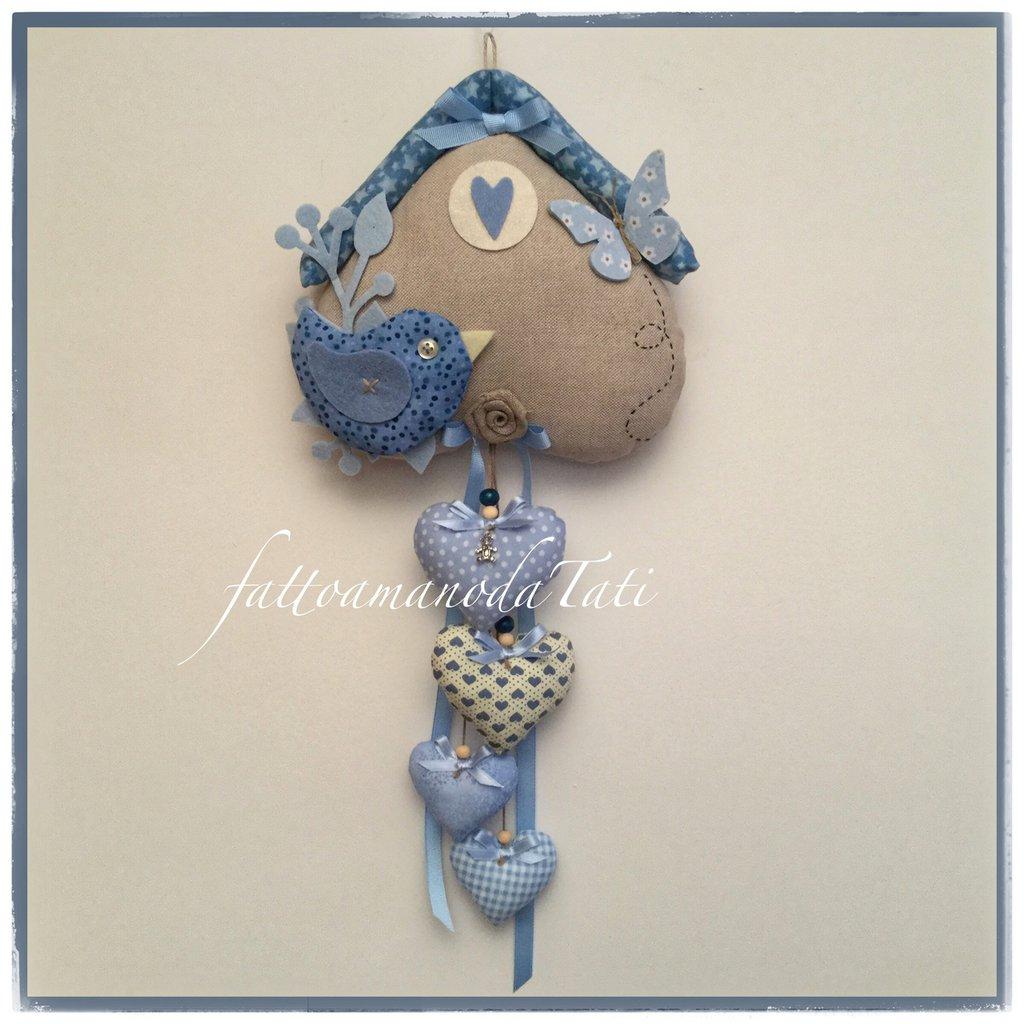 Fiocco nascita casetta in cotone ecrù con uccellino e 4 cuori sui toni del blu/azzurro