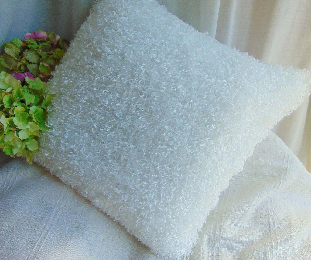Cuscino bianco in pelliccetta riccia lucida