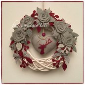 Corona di salice bianca con rose di lino grigio e cuore con cervo rosso
