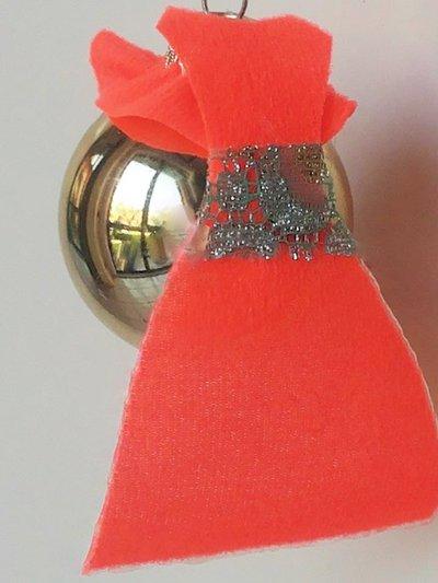 """Palla di Natale piccola dorata serie """"vestita da festa"""" decorata con abito in pannolenci rosso acceso"""