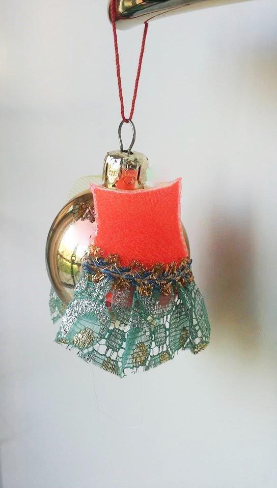 """Palla di Natale piccola dorata serie """"vestita a festa"""" decorata con abitino in pannolenci rosso acceso e pizzo"""