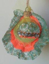 """Palla di Natale piccola dorata serie """"vestita a festa"""" in calza befana con decorazione scrap di palline natale"""