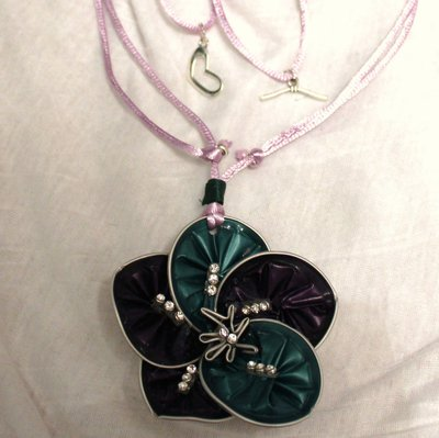 Collana lunga con ciondolo fiore verde e viola e strass