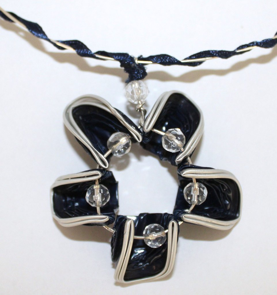 Ciondolo fiore fatto a mano con cialde blu e perle di vetro