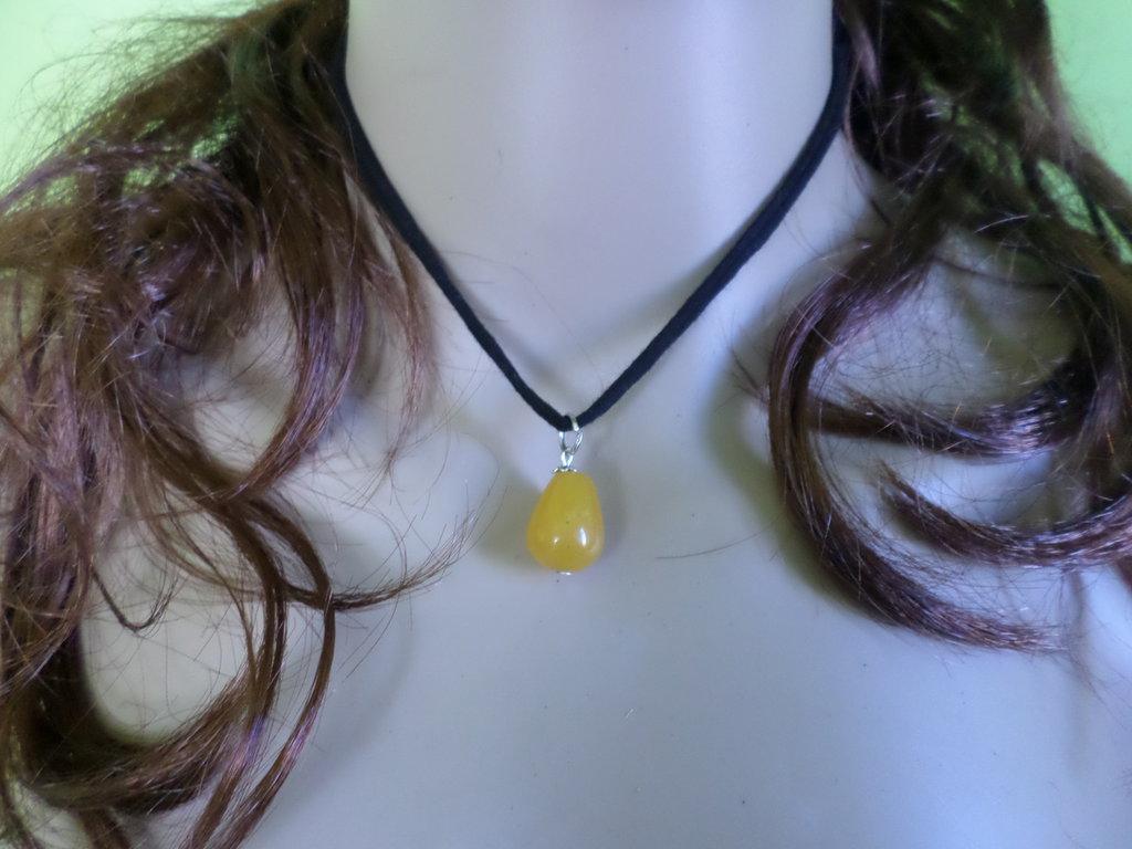 girocollo donna in tessuto nero con goccia di ambra