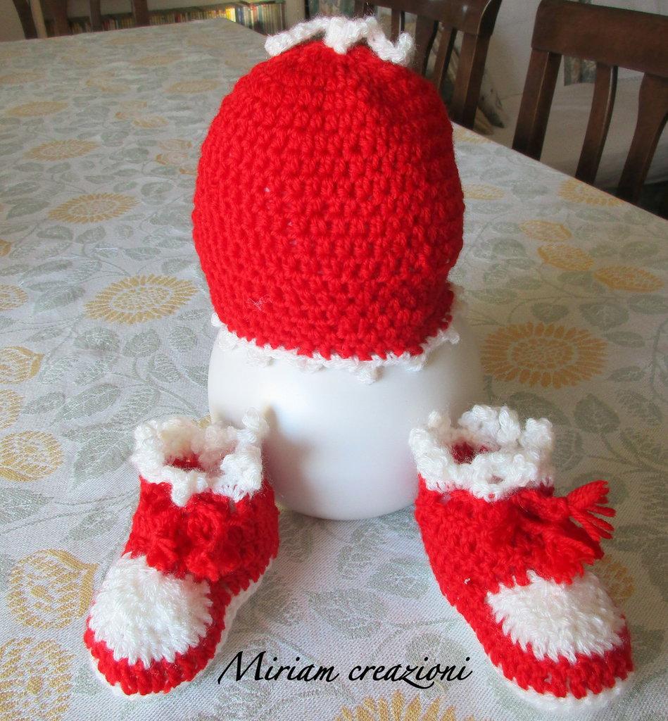 cappellino e scarpine rosso/bianco da neonato