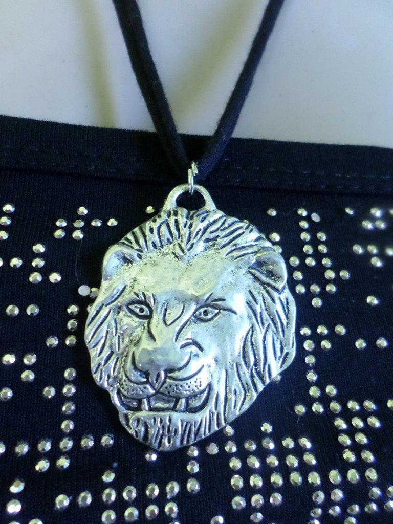 collana in tessuto morbido con testa di leone