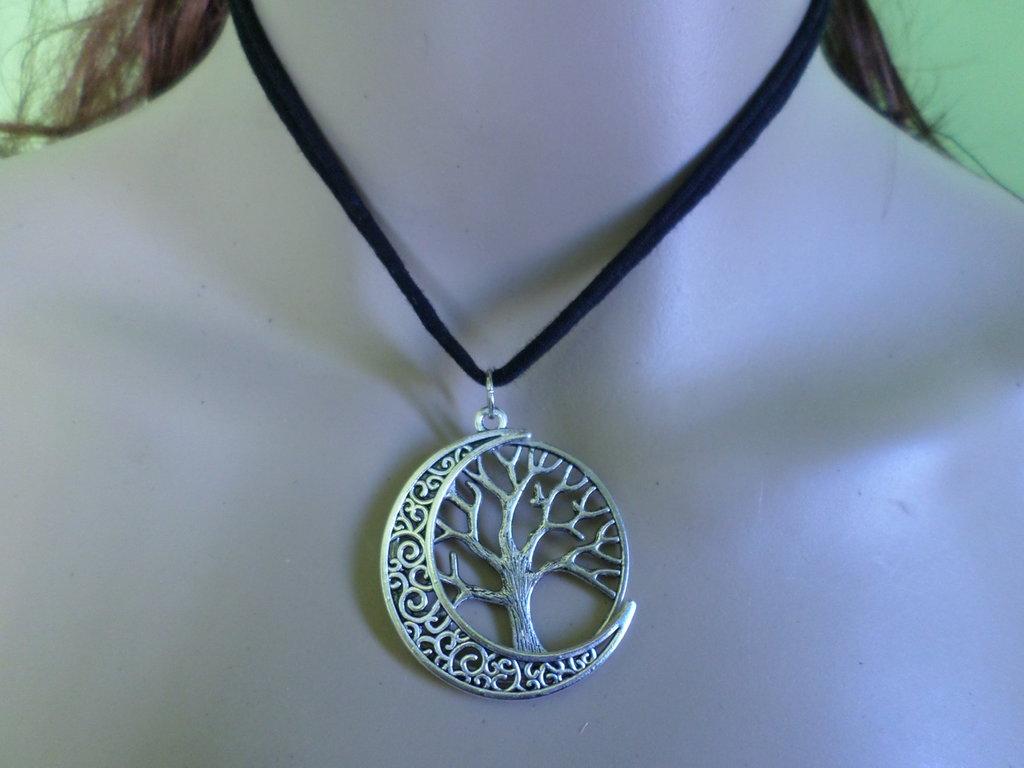 girocollo in tessuto con luna crescente ed albero