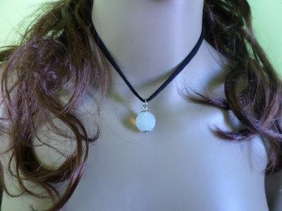 girocollo in tessuto con pietra di opale