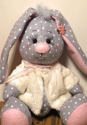 Coniglietta in feltro con capottino in pelliccia interamente fatto a mano