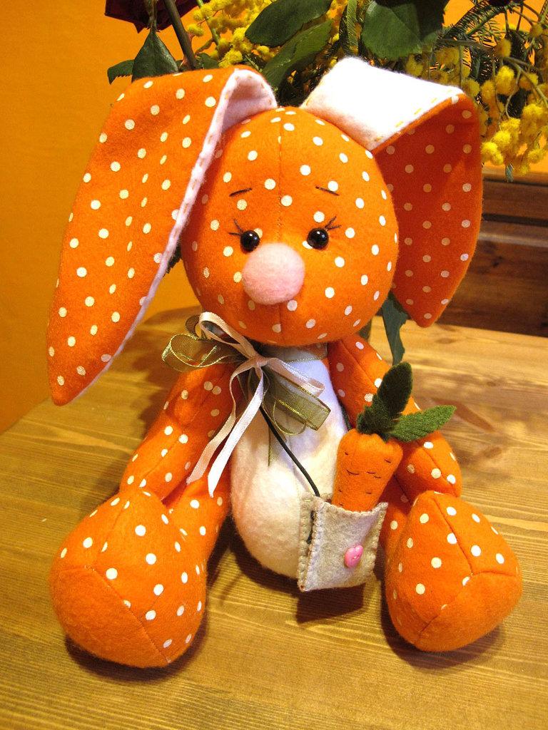Coniglietto in feltro con carota