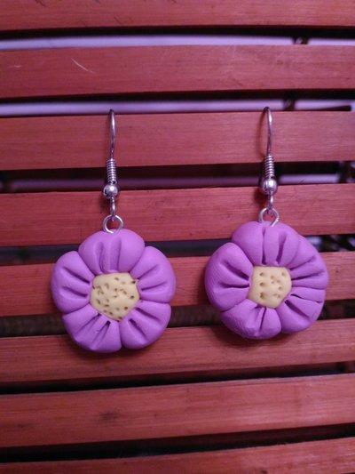 Orecchini in fimo con fiori  rosa e centro giallo