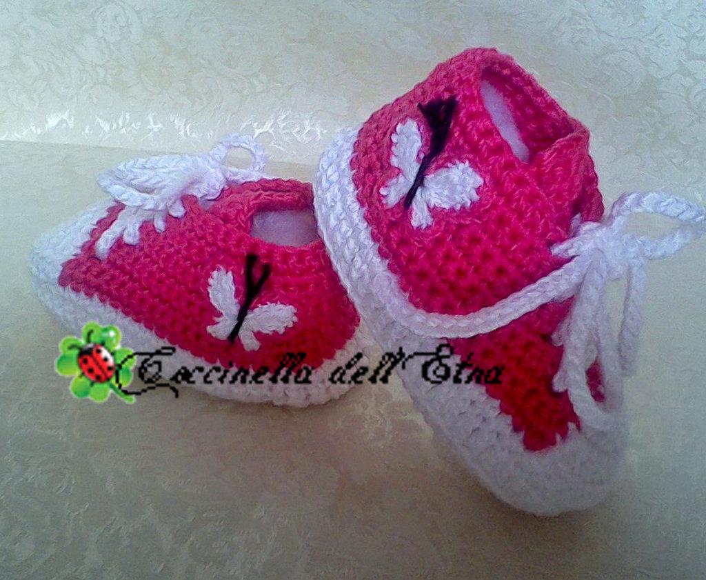 Scarpette neonato sportive a uncinetto rosa con farfalla for Idee uncinetto