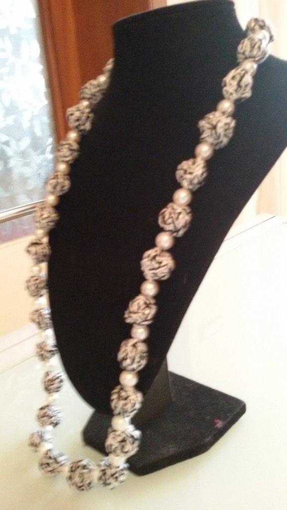 Collana con palline all'uncinetto e perline nere/bianche/lurex argento