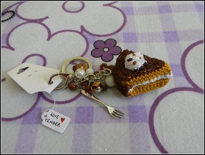 Ciondolo da borsa con fetta di torta cioccolato e panna all'uncinetto + amigurumi + fimo