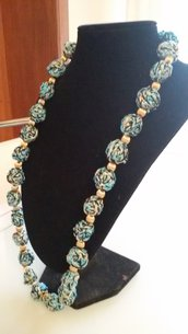 Collana con palline all'uncinetto nere/turchesi/lurex oro e perline rigate dorate