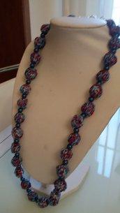 Collana con palline all'uncinetto nei toni del turchese, blu sfumato e lurex rosso