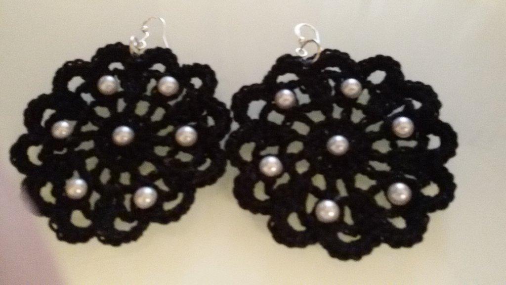 Orecchini tondi all'uncinetto in cotone nero con perline bianche