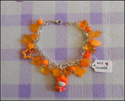 Bracciale con charm Hello Kitty originale sui toni dell'arancio + fimo + uncinetto