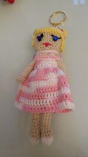 Portachiavi dorato con bambolina con vestitino rosa sfumato