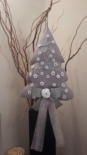 albero rivestito con fiori di perla