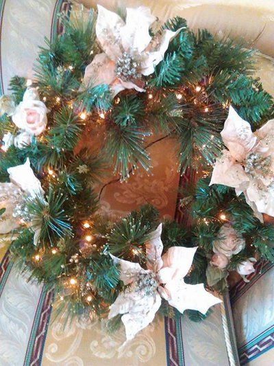 ghirlanda natalizia con luci