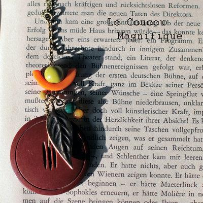 Collana boho con bottone vintage marrone e semi di Tagua verdi e arancione