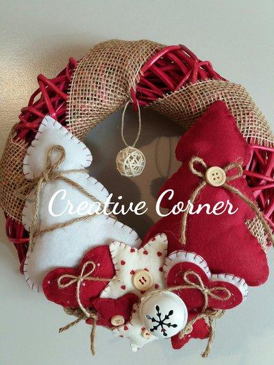 Ghirlanda natalizia in vimini con decorazioni in feltro