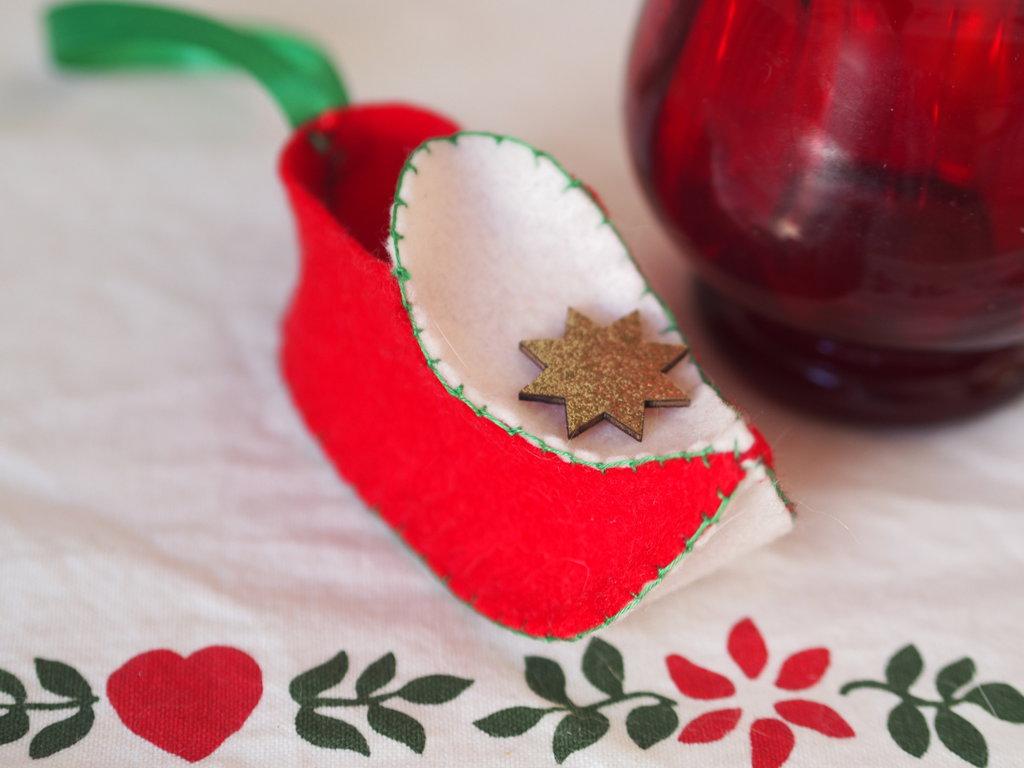Scarpina in feltro.Zoccolo olandese.Decorazione natalizia,segnaposto.Feltro rosso e crema.Impunture verdi,dettaglio in legno oro.Nastro in raso da appendere