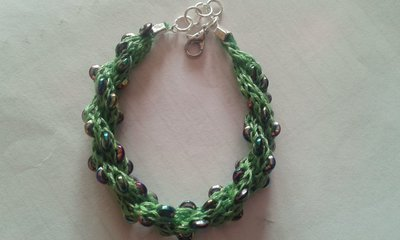 Bracciale di tubolari a spirale verde con pietre piatte metallizzate