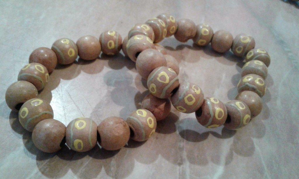 Bracciale elastico con perle di legno chiaro e dipinto