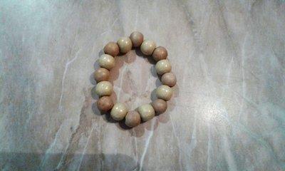 Bracciale elastico con perle in legno chiaro