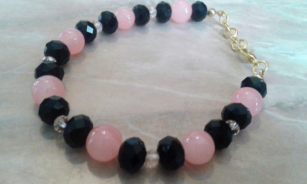 Bracciale con mezzi cristalli neri e rosa e perle vitree rosa